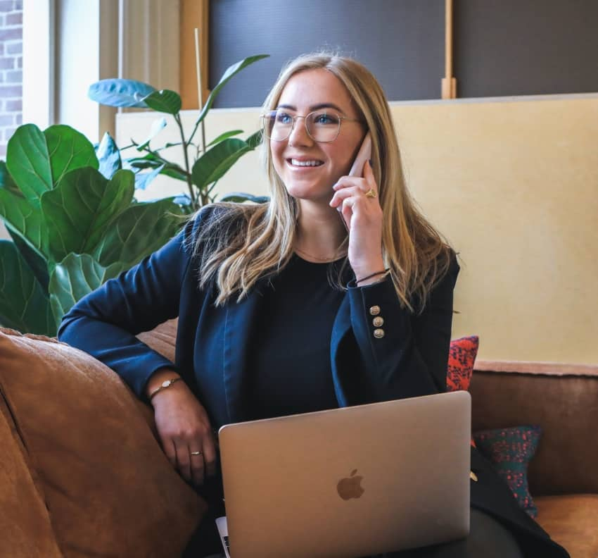 Business-women-speaking-on-the-phone